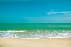 放松在海滩和热带海 免版税库存照片