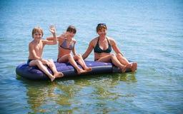 获得的家庭在气垫上的乐趣 库存图片