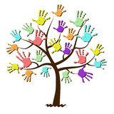 Τυπωμένες ύλες χεριών παιδιών που ενώνονται στο δέντρο Στοκ Εικόνα