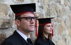 年轻夫妇在毕业典礼举行日 库存照片