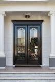 一个高级家的闭合的光滑的黑和玻璃前门 库存照片