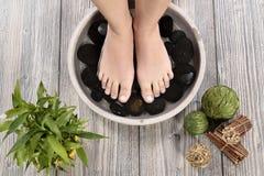 在温泉沙龙的女性脚在修脚做法 免版税库存照片