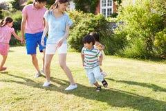 一起使用在夏天庭院里的亚洲家庭 免版税库存图片