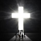 十字架的基督徒崇拜者 免版税库存图片
