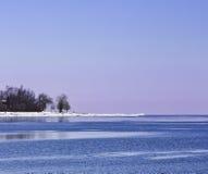 Ζωηρόχρωμη χειμερινή ακτή Στοκ εικόνα με δικαίωμα ελεύθερης χρήσης
