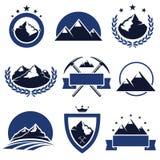 Ετικέτες και εικονίδια βουνών καθορισμένες. Διάνυσμα Στοκ Εικόνα