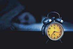 Молодой человек спать в кровати Стоковое фото RF