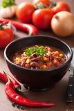 在黑色的盘子的墨西哥辣豆汤有成份的 免版税库存图片