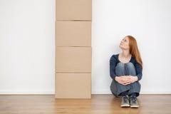 看移动的箱子的妇女 免版税库存照片