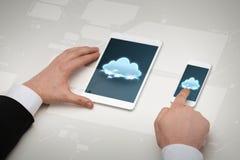 商人与桌个人计算机和智能手机一起使用 免版税库存图片