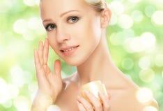 Γυναίκα ομορφιάς με την κρέμα και φυσική φροντίδα δέρματος σε πράσινο Στοκ φωτογραφίες με δικαίωμα ελεύθερης χρήσης