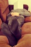 采取在长沙发的人休息 免版税库存照片