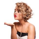 年轻美好白肤金发女性吹被亲吻对她的华伦泰 库存图片