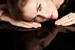Πορτρέτο κινηματογραφήσεων σε πρώτο πλάνο της ξανθής γυναίκας με τα κόκκινα χείλια Στοκ Εικόνες