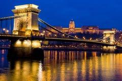 Фото ночи цепного моста, Будапешта, Венгрии Стоковое Изображение RF