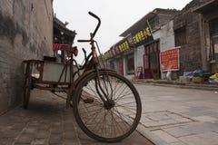 在平遥,中国街道上的老自行车  免版税库存图片