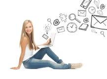 有便携式计算机的学生女孩 库存图片