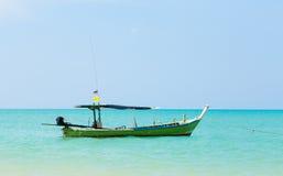 白色沙子海滩和小船 免版税库存照片