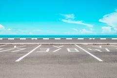 与海的空的停车场 免版税库存图片