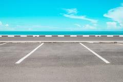 与海的空的停车场 免版税库存照片