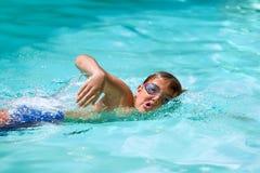 在水池的男孩实践的自由式。 免版税库存照片