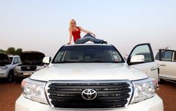 在迪拜沙漠旅行期间,游人是在越野汽车屋顶  免版税库存照片