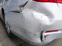汽车防撞器损伤 库存照片