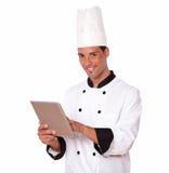 使用他的片剂个人计算机的专业厨师人 库存图片