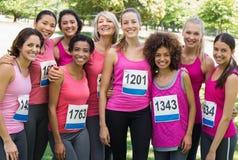 参加乳腺癌马拉松的小组妇女 库存照片