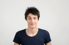 一个年轻人的画象有疯狂的发型的。坏头发裁减天。 免版税库存照片