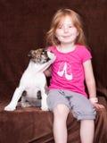 小女孩和狗查寻的她的朋友 图库摄影