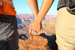 握手,大峡谷的浪漫远足的夫妇 图库摄影