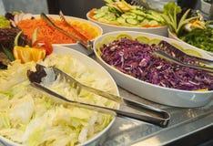 在餐馆自助餐的沙拉选择 免版税库存照片