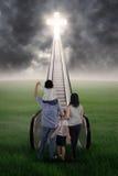 在台阶的基督徒家庭 免版税库存照片