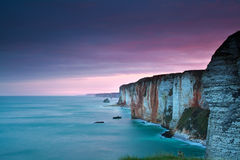在大西洋和峭壁的紫色日出 免版税库存图片