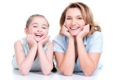 微笑的母亲和年轻女儿画象  图库摄影