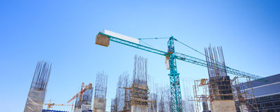 大厦水泥柱子在有蓝天的建造场所 库存照片