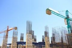 Οικοδόμηση του στυλοβάτη τσιμέντου στο εργοτάξιο οικοδομής με το μπλε ουρανό Στοκ Εικόνες