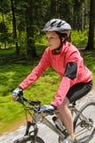 骑自行车在森林行动迷离的妇女山 免版税库存照片