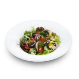 Υγιής χορτοφάγος ελληνική σαλάτα με τις ντομάτες, τυρί φέτας Στοκ φωτογραφία με δικαίωμα ελεύθερης χρήσης