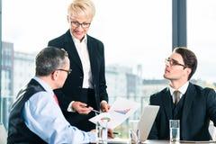 事务-会议在办公室,人们与文件一起使用 免版税库存图片