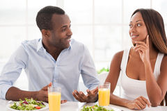 食用爱恋的夫妇早餐。 库存图片