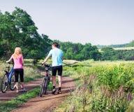 放松骑自行车 免版税库存图片