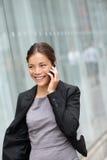 女商人谈话在巧妙的电话 免版税库存图片