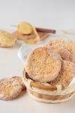 圆的在篮子的土豆平的面包 免版税库存图片