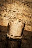 与葡萄酒活页乐谱的蜡烛 免版税库存照片