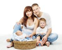 年轻家庭四人,微笑的父亲照顾两个孩子 免版税库存图片