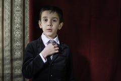 Αγόρι στο εκλεκτής ποιότητας κοστούμι Στοκ Φωτογραφίες