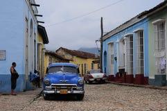 在哈瓦那街道上的经典老美国汽车  库存照片