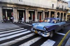 在哈瓦那街道上的经典老美国汽车  免版税库存照片